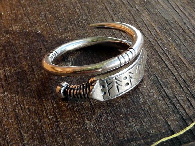 Это обручальное кольцо. К Всевластью оно значения не имеет. Не имеет!